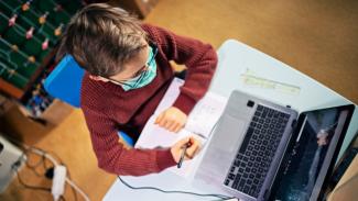 Ilustrasi sekolah atau belajar online.