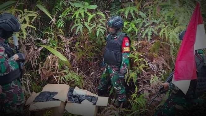 VIVA Militer: Pasukan Satgas Pamtas Yonif 642/Kapuas temukan kristal.