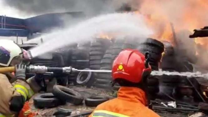 Kebakaran terjadi di sisi Jalan Tol JORR Timur, Cakung Timur, Jaktim.