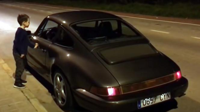 Bocah terpukau suara knalpot Porsche 964