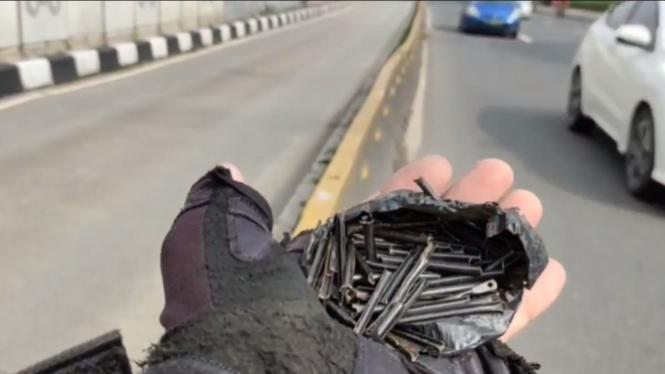 Ranjau paku ditemukan dibungkus kantong plastik