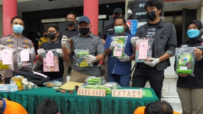 Polisi memperlihatkan sejumlah barang bukti narkoba yang disita dari hasil pengungkapan kasus penyalahagunaan narkotika yang melibatkan tiga oknum aparat di Markas Polrestabes Surabaya Selasa, 9 Maret 2021.
