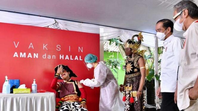 Presiden Joko Widodo Meninjau Vaksinasi Seniman di Yogyakarta