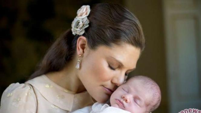 Putri Victoria dari Swedia menggendong bayi perempuannya Putri Estelle dalam sebuah gambar yang dirilis oleh Dewan Kerajaan Swedia.