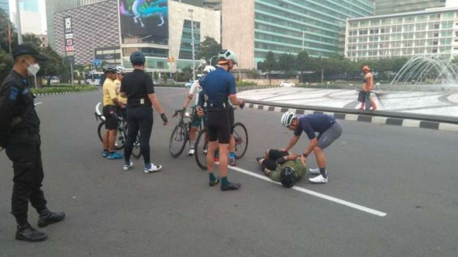 Pesepeda jadi korban kecelakaan di Bundaran HI, Jakarta, Jumat, 12 Maret 2021.