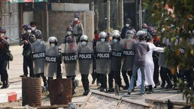 Polisi di Myanmar menerjang barikade para demonstran kecam junta militer