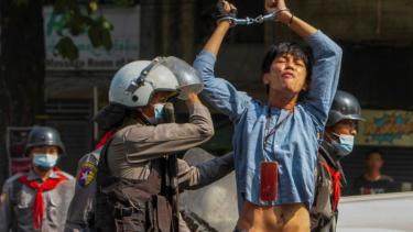 https://thumb.viva.co.id/media/frontend/thumbs3/2021/03/12/604ad8df87ff3-militer-myanmar-gunakan-taktik-perang-menembakkan-peluru-tajam-ke-pengunjuk-rasa_375_211.jpg