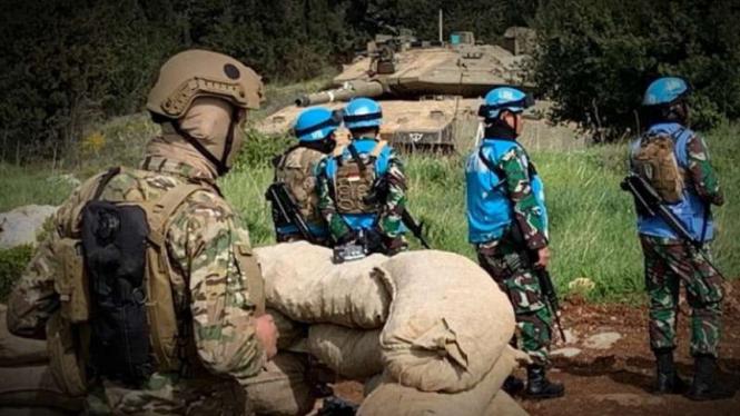 VIVA Militer: Prajurit TNI di tengah tentara Israel dan Lebanon.