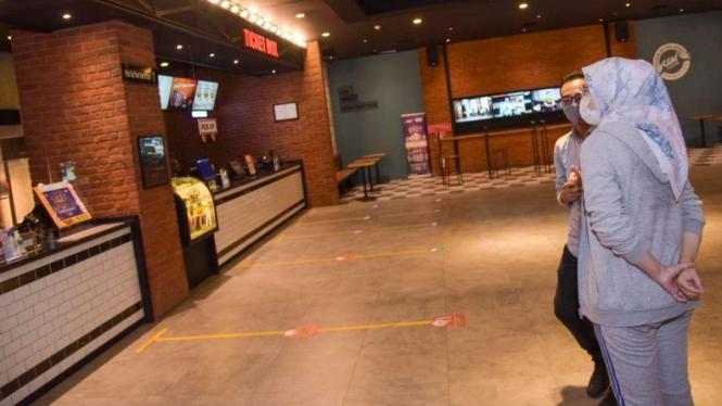 Bupati Purwakarta Anne Ratna Mustika meninjau persiapan pembukaan bioskop.