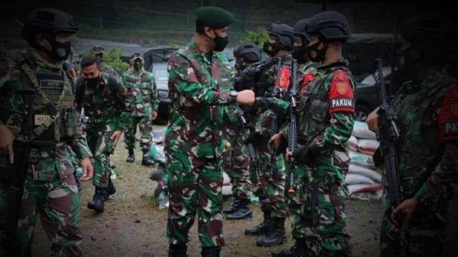 VIVA Militer: Pangdiv 2 Kostrad, Mayjen TNI Tri di Markas Yonif MR 412