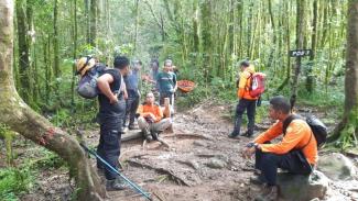 Tim SAR Mencari pendaki yang hilang.