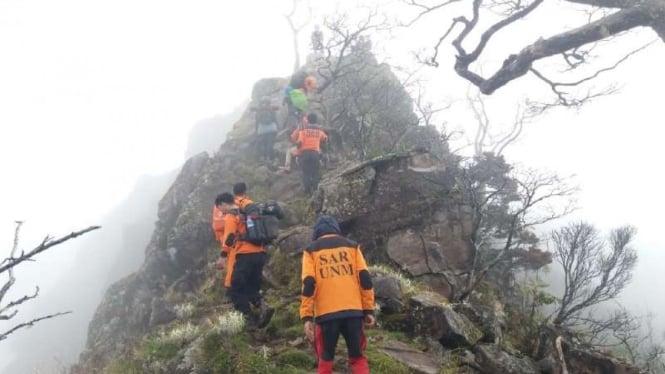 pendaki gunung jatuh
