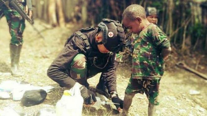 VIVA Militer: Satgas Pamtas Mobile Yonif PR 501/BY Kostrad menolong anak Papua