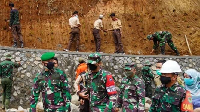VIVA Militer: Danrem Surya Kencana tinjau pembangunan Jembatan di Sukabumi