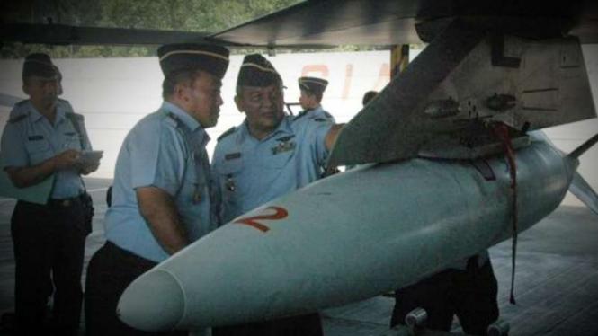 VIVA Militer: Marsma Adang saat ujicoba bom tajam.