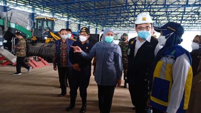 Gubernur Jawa Timur Khofifah Indar Parawansa dan Wali Kota Malang Sutiaji meninjau Tempat Pemrosesan Akhir (TPA) sampah Supit Urang di Kota Malang, Selasa, 16 Maret 2021.