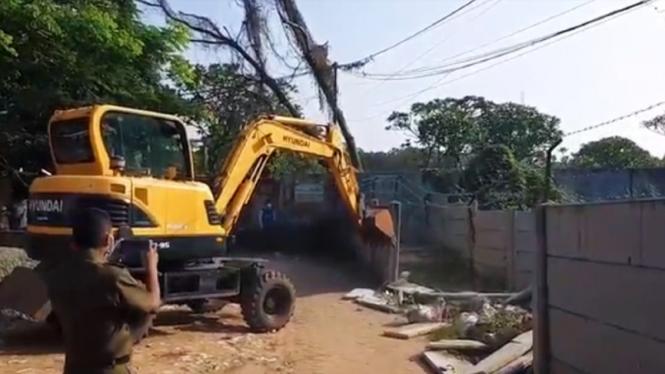 Petugas membongkar tembok yang membatasi akses warga di Ciledug Kota  Tangerang