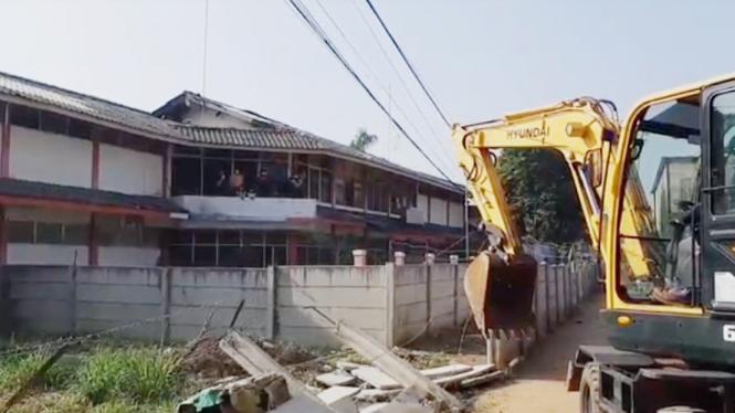Tembok pembatas jalan warga di Ciledug dibongkar paksa aparat