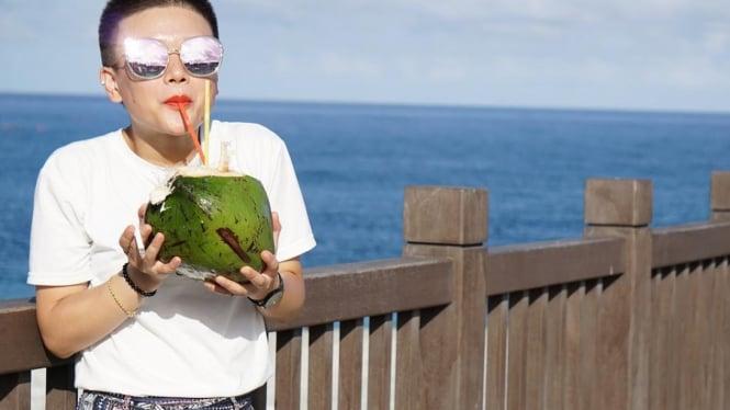 Air Kelapa Muda disamping menyegarkan ternyata air kelapa muda juga sangat baik untuk kesehatan
