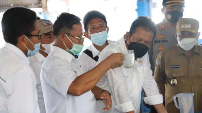 Menteri KKP sakti Trenggono kunjungi peternak Udang di Situbondo.