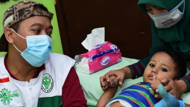 Salah seorang anak yang mengikuti khitan massal yang dilaksanakan oleh LKNU Cabang Kota Kraksaan (Foto: pena9.com)
