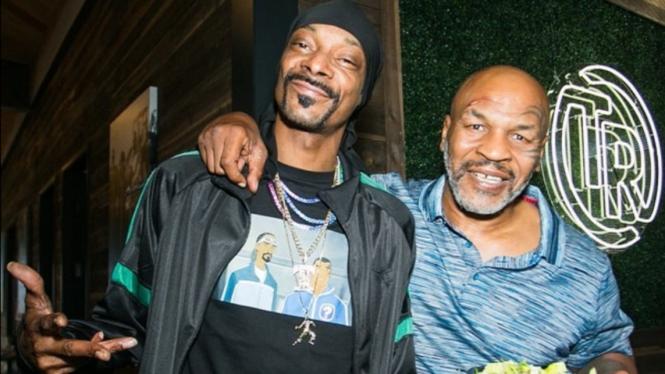Rapper Snoop Dog bersama petinju legendaris Mike Tyson.