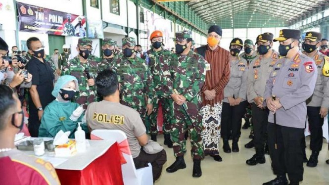 VIVA Militer: Panglima TNI dan Kapolri tinjau vaksinasi di Puspenerbad, Jateng