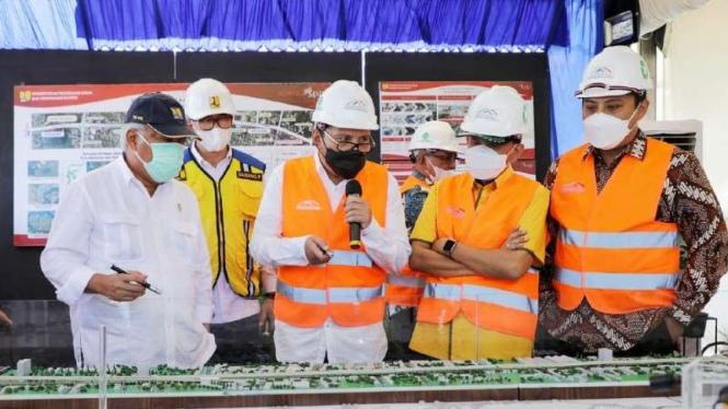 Menteri PUPR Basuki Hadimuljono meresmikan tol layang di Makassar.