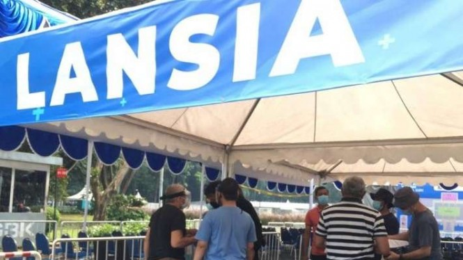 Pelaksanaan vaksinasi warga lansia di Istora Senayan, Jakarta.