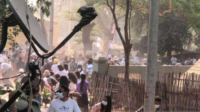 Orang-orang bubar setelah pasukan keamanan melepaskan tembakan ke pengunjuk rasa yang menentang kudeta militer di Nyaung-U, Myanmar, 7 Maret 2021, dalam gambar diam yang diambil dari video yang disediakan di media sosial.