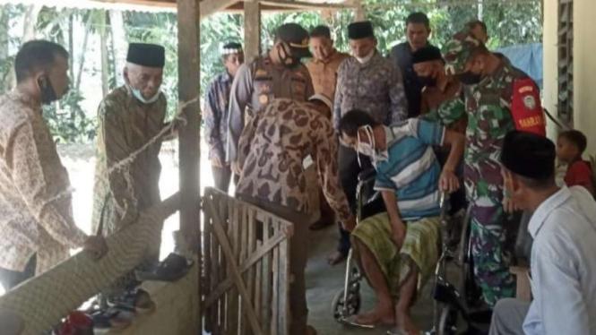 VIVA Militer: Danramil 01 Sungai Mas berikan kursi roda kepada warga lumpuh