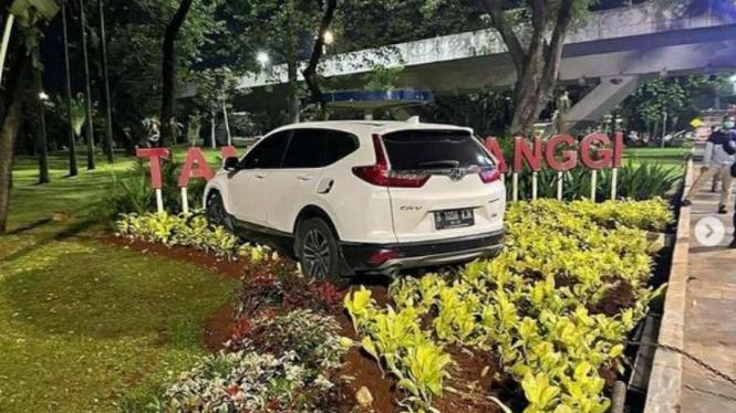 Sebuah mobil Honda CRV warna putih masuk ke Taman Semanggi, Jakarta.