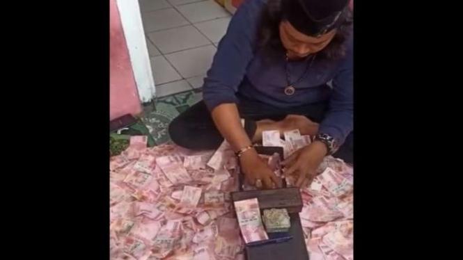 Salah seorang pria mengaku ustaz di Bekasi bisa menggandakan uang