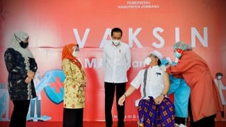 Presiden Jokowi saat Meninjau Vaksinasi di Kabupaten Jombang Jawa Timur