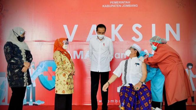 JokowiBincang dengan Peserta Vaksin AstraZeneca: Alhamdulillah Lancar