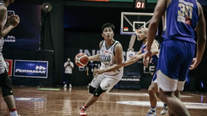 Pertandingan IBL 2021 antara Satria Muda melawan Pacific Caesar