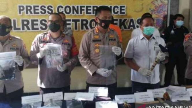 Kepolisian Resor Metro Bekasi menunjukkan barang bukti yang digunakan pelaku pengganda uang dalam menjalankan aksinya saat gelar perkara kasus penggandaan uang, Selasa, 23 Maret 2021.