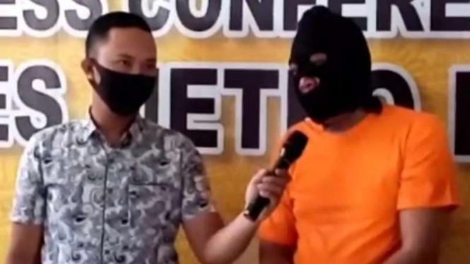 Kepolisian Resor Metro Bekasi memperlihatkan pelaku penipuan dengan modus penggandaan uang saat gelar perkara, Selasa, 23 Maret 2021.