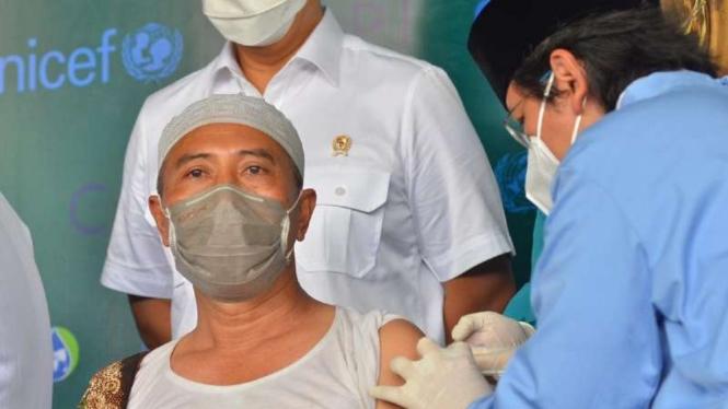 Menteri Kesehatan Budi Gunadi Sadikin hadir menyaksikan kegiatan vaksinasi COVID-19 dengan vaksin buatan AstraZeneca dan Sinovac untuk 100 kiai di kantor NU Jawa Timur, Surabaya, Selasa, 23 Maret 2021.