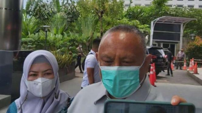 Gubernur Gorontalo, Rusli Habibie, didampingi sang istri, datangi KPK.