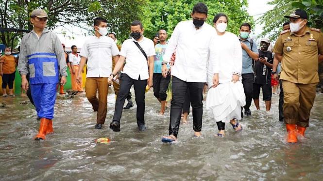 Wali Kota Medan Bobby Nasution dan Istri Kahiyang Ayu, Meninjau Lokasi Banjir