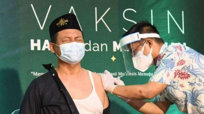 Vaksinasi AstraZeneca di kantor NU Jatim di Surabaya.