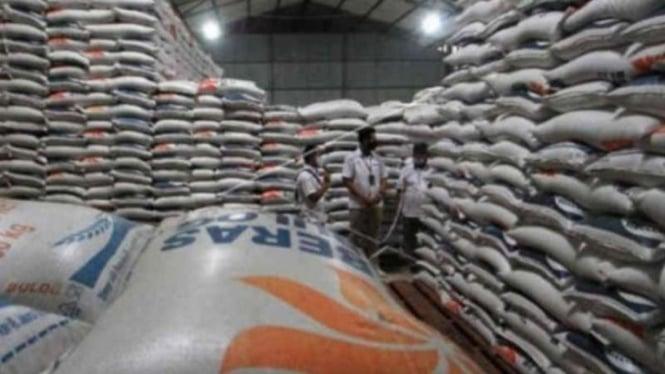 Petugas Perum Bulog cabang Indramayu memeriksa stok beras impor di Gudang Bulog Tegalgirang, Bangodua, Indramayu, Jawa Barat, Selasa, 23 Maret 2021.