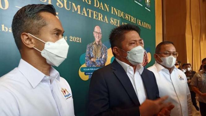Calon ketua umum Kadin Indonesia Anindya Novyan Bakrie (kiri) bersama Gubernur Sumatera Selatan Herman Deru dan Ketua Kadin Sumatera Selatan Dodi Reza Alex di Palembang, Kamis, 25 Maret 2021.