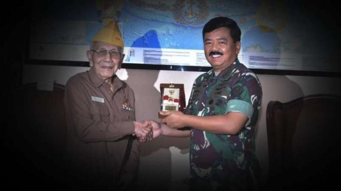 VIVA Militer: Almarhum saat bersama Panglima TNI