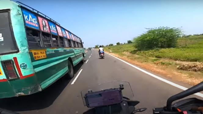 Pemotor mengejar bus di India