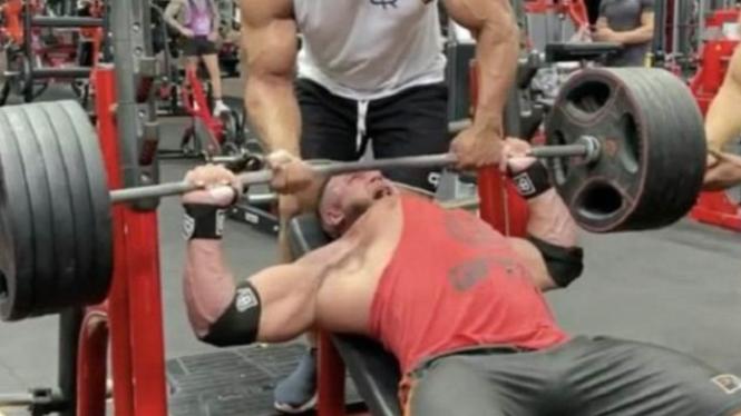 Otot dada robek saat seorang binaragawan latihan angkat berat.