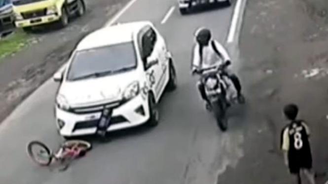 Kecelakaan mobil LCGC tabrak sepeda