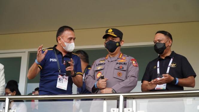 Ketum PSSI Iwan Bule (kiri), Kapolri Jenderal, Listyo Sigit Prabowo, dan Menpora