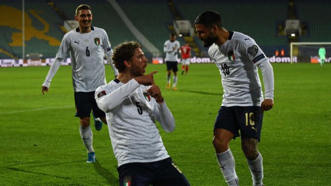 Pemain Italia merayakan gol
